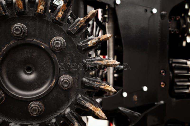 Δασική θεριστικών μηχανών μηχανών μαύρη κινηματογράφηση σε πρώτο πλάνο πριονιών μετάλλων κυκλική στοκ εικόνες