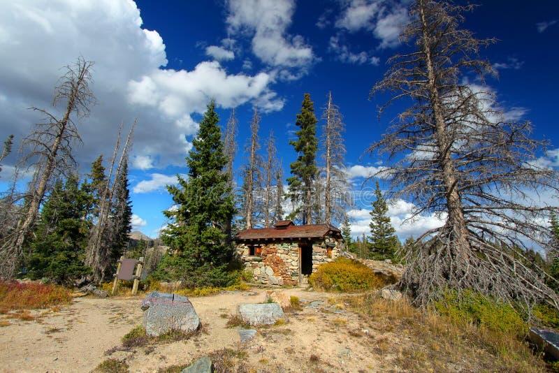 Δασική καλύβα βουνών του Ουαϊόμινγκ στοκ εικόνα με δικαίωμα ελεύθερης χρήσης