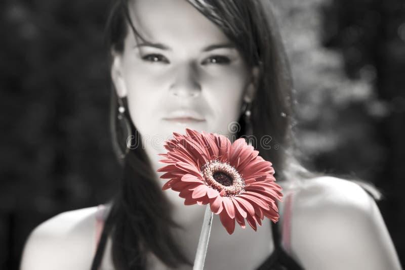 δασική περπατώντας γυναίκα λουλουδιών στοκ εικόνες