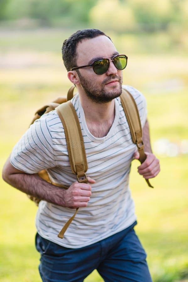 δασικός ευτυχής οδοιπόρος που οι αρσενικές χαμογελώντας περπατώντας νεολαίες πορτρέτου ατόμων Αρσενικός οδοιπόρος που περπατά στο στοκ φωτογραφίες με δικαίωμα ελεύθερης χρήσης