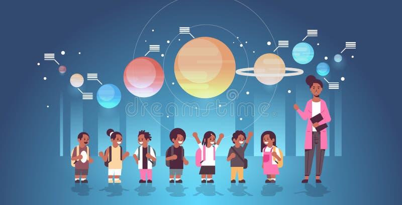 Δασκάλα με αφρικανούς αμερικανούς μαθητές στο παρατηρητήριο, εξερεύνηση του ηλιακού συστήματος, εκδρομή στο σχολείο στο διανυσματική απεικόνιση