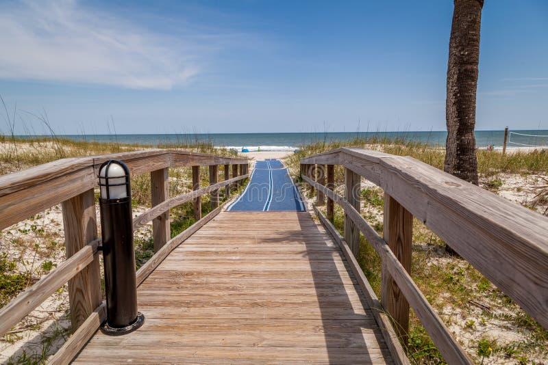Δασώδης γέφυρα πέρα από τους αμμόλοφους άμμου μια όμορφη ημέρα μπλε ουρανού στοκ φωτογραφία με δικαίωμα ελεύθερης χρήσης