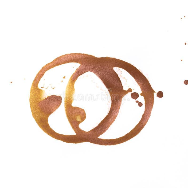 Δαχτυλίδια φλυτζανιών γραμμάτων Τ ή καφέ που απομονώνονται σε ένα άσπρο υπόβαθρο ελεύθερη απεικόνιση δικαιώματος