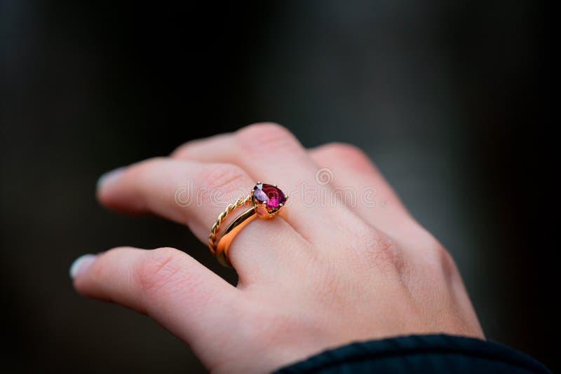 Δαχτυλίδι αρραβώνων σε ετοιμότητα ενός κοριτσιού του Yong στοκ εικόνα