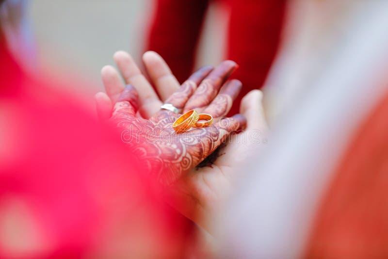 Δαχτυλίδι αρραβώνων υπό εξέταση στοκ φωτογραφίες με δικαίωμα ελεύθερης χρήσης