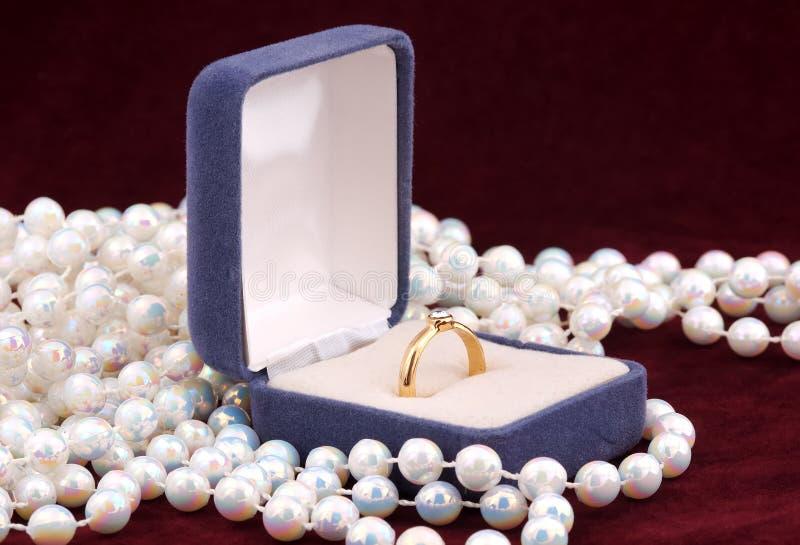 Download δαχτυλίδι αρραβώνων στοκ εικόνα. εικόνα από μαργαριτάρια - 397985