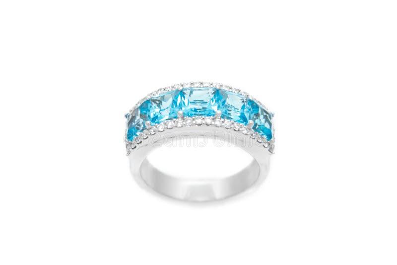 Δαχτυλίδι διαμαντιών με τους μπλε πολύτιμους πολύτιμους λίθους Άσπρο χρυσό δαχτυλίδι στο άσπρο υπόβαθρο Εξαρτήματα πολυτέλειας μό στοκ φωτογραφίες με δικαίωμα ελεύθερης χρήσης