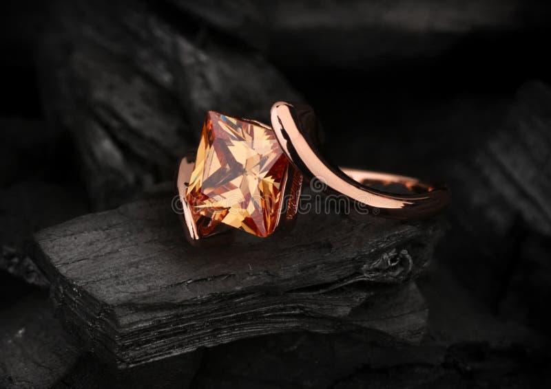 Δαχτυλίδι κοσμήματος με το μεγάλο πολύτιμο λίθο topaz στο μαύρο υπόβαθρο άνθρακα στοκ εικόνες