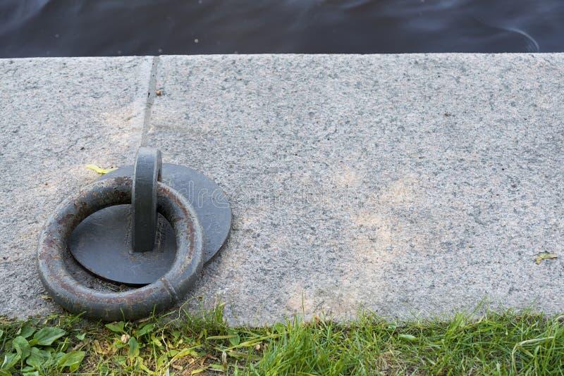 Δαχτυλίδι πρόσδεσης στην αποβάθρα στοκ φωτογραφία με δικαίωμα ελεύθερης χρήσης