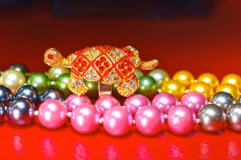 Δαχτυλίδι χελωνών και φυσικό περιδέραιο μαργαριταριών, του γλυκού νερού μαργαριτάρι όμορφο και ακριβό ως κόσμημα για τις κυρίες στοκ εικόνες