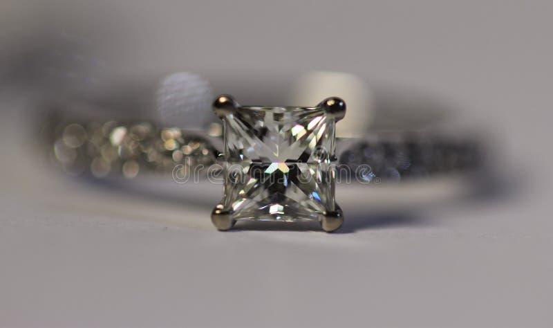 Δαχτυλίδι διαμαντιών περικοπών πριγκηπισσών στοκ φωτογραφίες με δικαίωμα ελεύθερης χρήσης