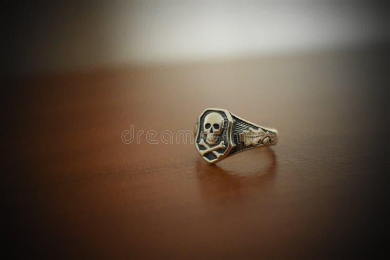 Δαχτυλίδι με το κρανίο και τα κόκκαλα στοκ φωτογραφίες