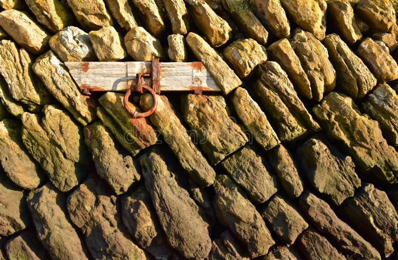 Δαχτυλίδι πρόσδεσης σε έναν πέτρινο τοίχο στοκ φωτογραφίες με δικαίωμα ελεύθερης χρήσης