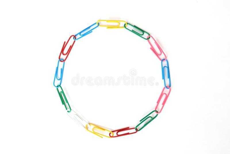 Δαχτυλίδι φιαγμένο από διάφορους συνδετήρες εγγράφου που σημαίνουν την ποικιλομορφία στοκ φωτογραφία