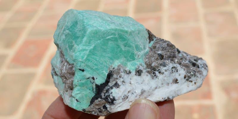 Δείγμα Amazonite με τη μίκα μοσχοβίτη και biotite από το Πακιστάν στοκ φωτογραφία
