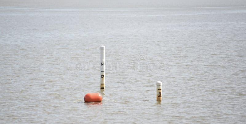 Δείκτες βάθους σε μια λίμνη, έναν ποταμό ή έναν ωκεανό στοκ φωτογραφίες με δικαίωμα ελεύθερης χρήσης