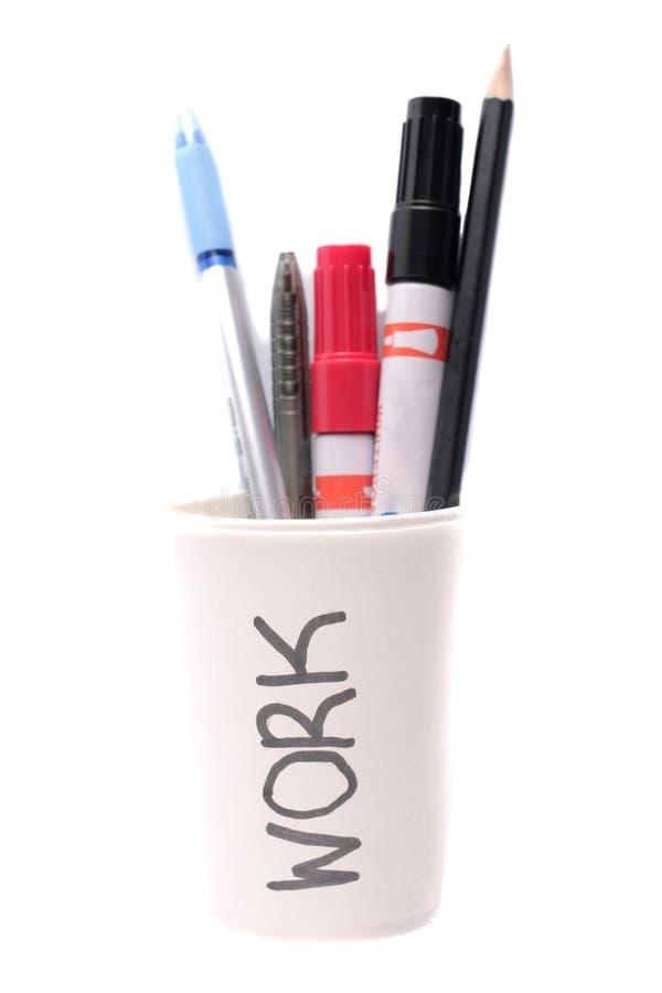 Δείκτες και μολύβι μανδρών σε ένα φλυτζάνι πολυστυρολίου που απομονώνεται στο άσπρο υπόβαθρο στοκ εικόνα
