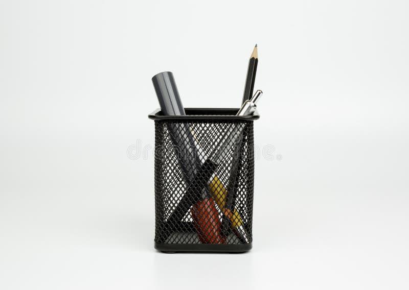 Δείκτες, μάνδρα, μολύβι στο μαύρο καλάθι στο άσπρο backgroun στοκ εικόνα με δικαίωμα ελεύθερης χρήσης