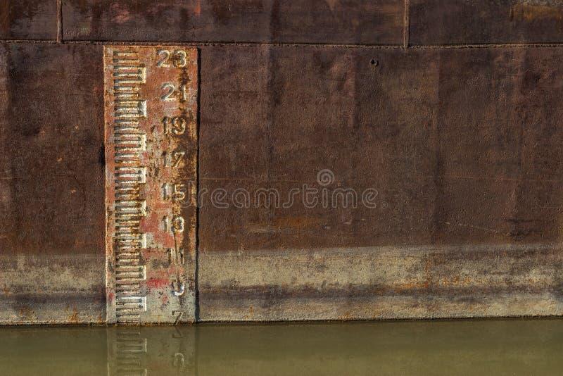 Δείκτης βάθους που τυπώνεται επάνω στην πλευρά του παλαιού φορτηγού πλοίου στοκ φωτογραφία με δικαίωμα ελεύθερης χρήσης