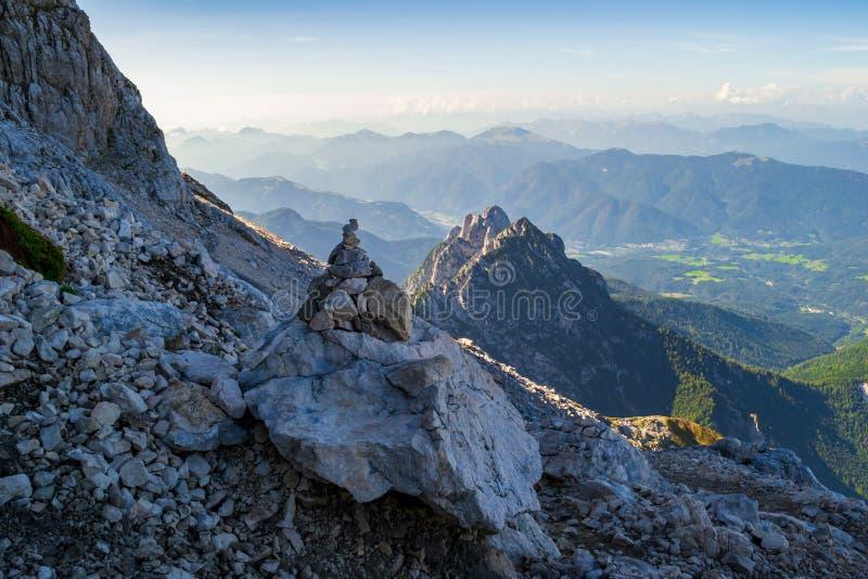 Δείκτης ιχνών τύμβων κοντά στη σέλα Mangart, ιουλιανές Άλπεις, Triglav, Σλοβενία Αυτό είναι ένας προκαλούμενος από τον άνθρωπο σω στοκ εικόνα