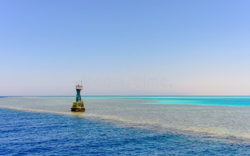 Δείκτης στην άκρη μιας μέσης ωκεάνιας τράπεζας άμμου στοκ φωτογραφίες
