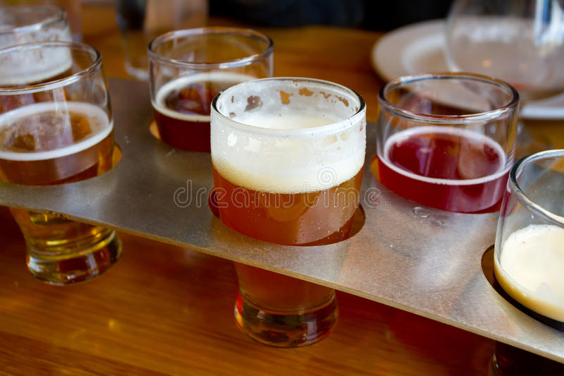 Δειγματοληπτικές συσκευές μπύρας στο ζυθοποιείο στοκ εικόνες