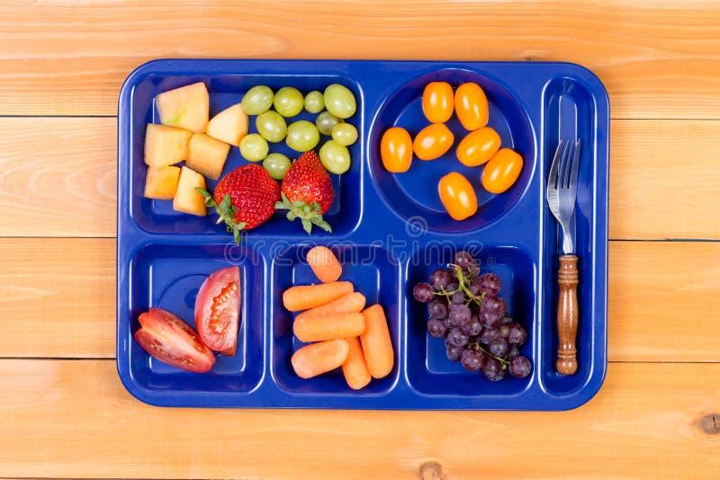 Δειγματοληπτική συσκευή φρούτων στο δίσκο μεσημεριανού γεύματος με το δίκρανο στοκ εικόνα