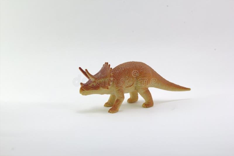 Δεινόσαυροι μικρού άσπρου υποβάθρου παιχνιδιών Triceratops του πλαστικού στοκ φωτογραφίες με δικαίωμα ελεύθερης χρήσης