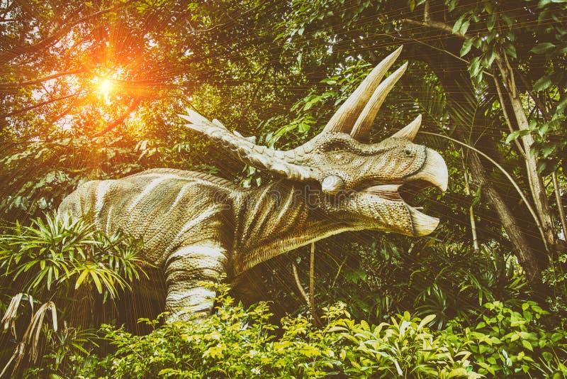 Δεινόσαυροι που παλεύουν κατά τη διάρκεια του τέλους της γης στοκ εικόνες