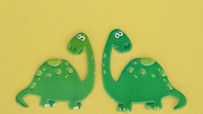 Δεινόσαυροι στο κίτρινο υπόβαθρο στοκ φωτογραφίες
