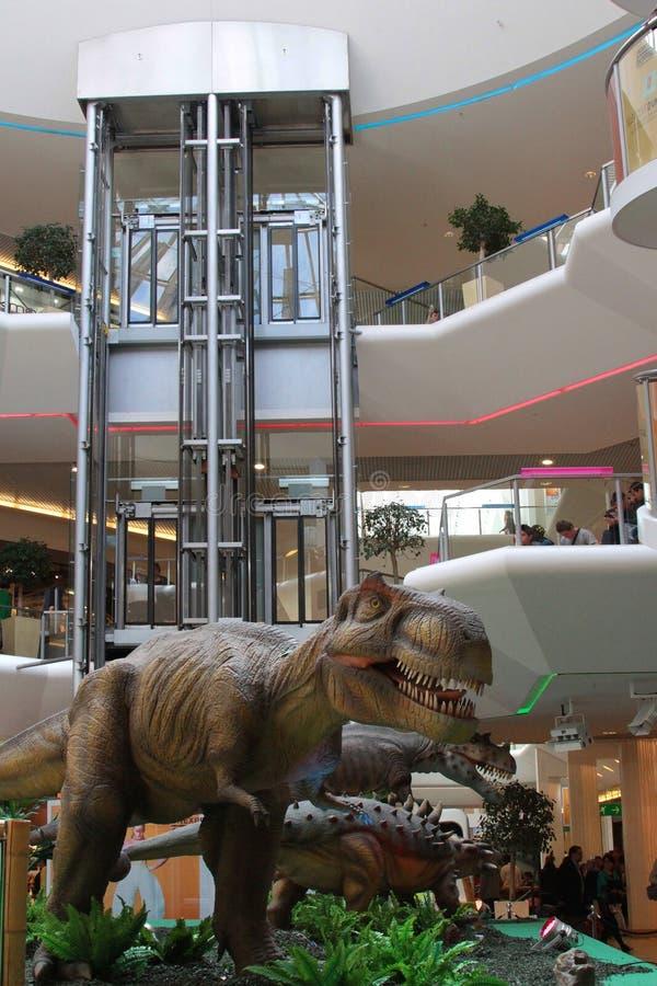 Δεινόσαυρος και ο ανελκυστήρας στοκ εικόνες