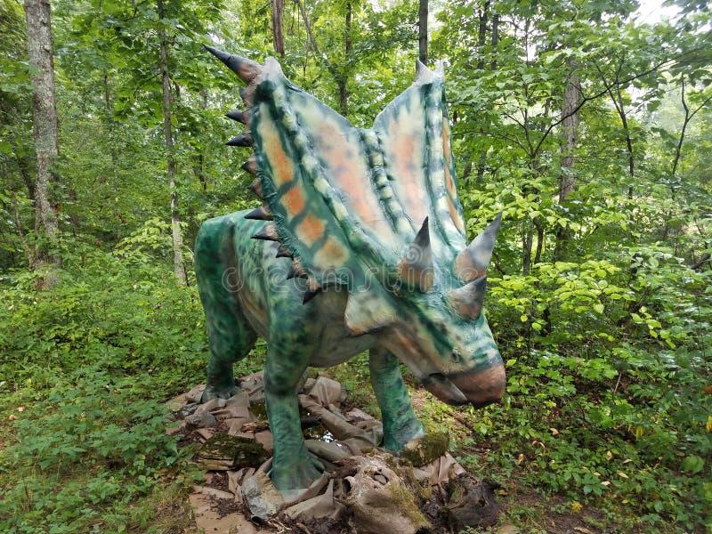 Δεινόσαυρος με τα κέρατα σε ένα δάσος στοκ εικόνες
