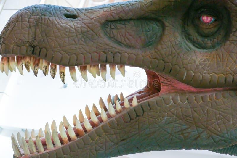 Δεινόσαυρος με την ανοικτή στοματική χλεύη στοκ εικόνες