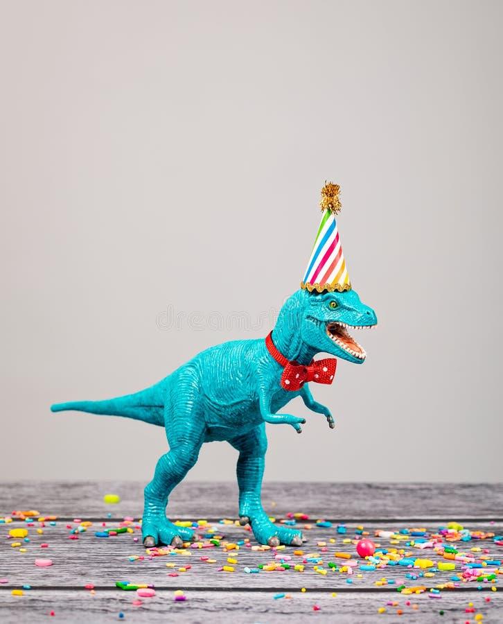 Δεινόσαυρος παιχνιδιών στη γιορτή γενεθλίων στοκ εικόνες
