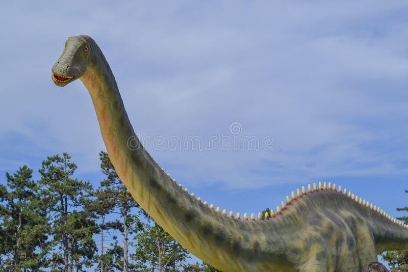 Δεινόσαυρος στο πάρκο ζωολογικών κήπων στοκ φωτογραφίες