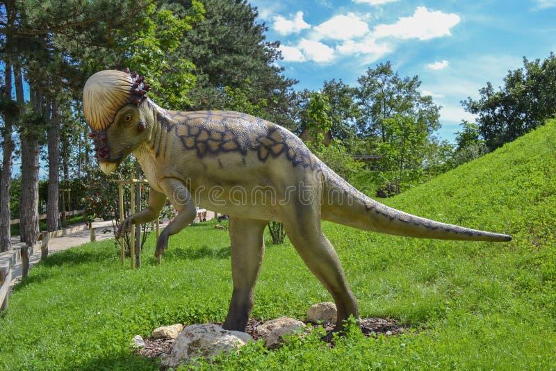Δεινόσαυρος στο πάρκο ζωολογικών κήπων στοκ φωτογραφία
