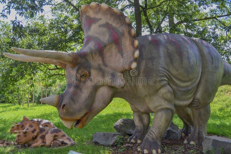 Δεινόσαυρος στο πάρκο ζωολογικών κήπων στοκ εικόνα με δικαίωμα ελεύθερης χρήσης