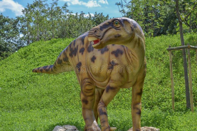 Δεινόσαυρος στο πάρκο ζωολογικών κήπων στοκ εικόνα
