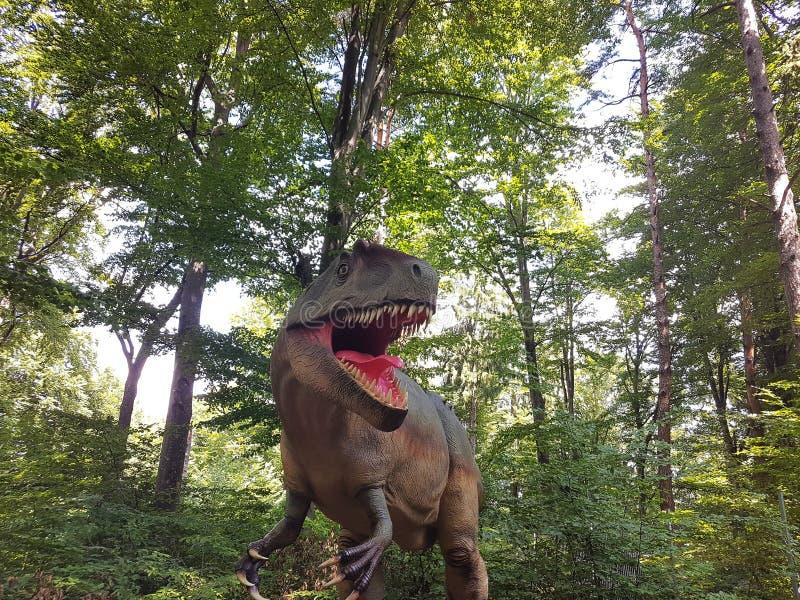Δεινόσαυρος Τ rex στη ζούγκλα στοκ φωτογραφία