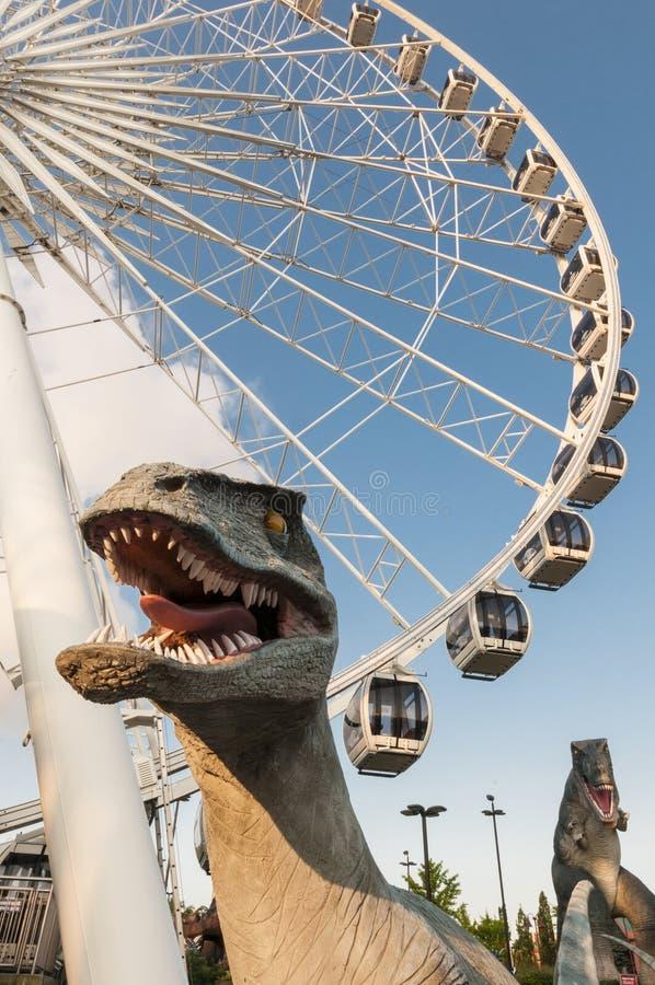 Δεινόσαυρος δύο και μια ρόδα ferris στοκ φωτογραφία με δικαίωμα ελεύθερης χρήσης