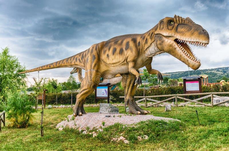 Δεινόσαυρος Carcharodontosaurus μέσα σε ένα πάρκο του Dino στη νότια Ιταλία στοκ φωτογραφία