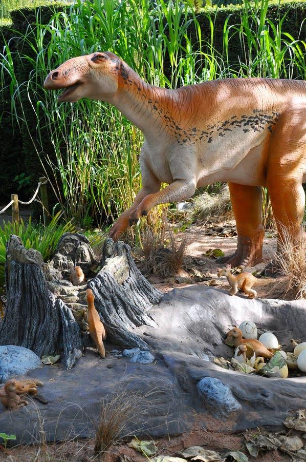 Δεινόσαυρος Edmontosaurus με τα babys στην περιοχή φωλιών στοκ εικόνες με δικαίωμα ελεύθερης χρήσης