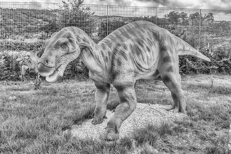 Δεινόσαυρος Iguanodon μέσα σε ένα πάρκο του Dino στη νότια Ιταλία στοκ εικόνες