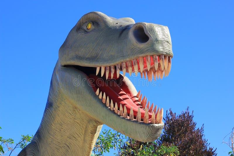Δεινόσαυρος Rex τυραννοσαύρων σε ένα πάρκο στοκ φωτογραφία με δικαίωμα ελεύθερης χρήσης