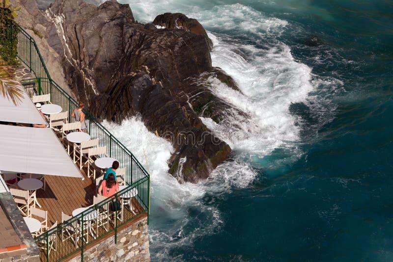 Δειπνώντας σε Vernazza, Cinque Terre, Ιταλία στοκ εικόνες