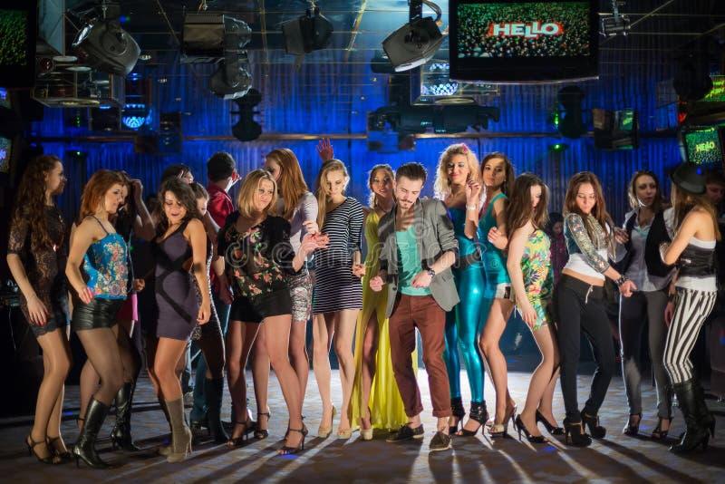 Δεκαεννέα νέοι που έχουν τη διασκέδαση και το χορό στοκ φωτογραφία με δικαίωμα ελεύθερης χρήσης