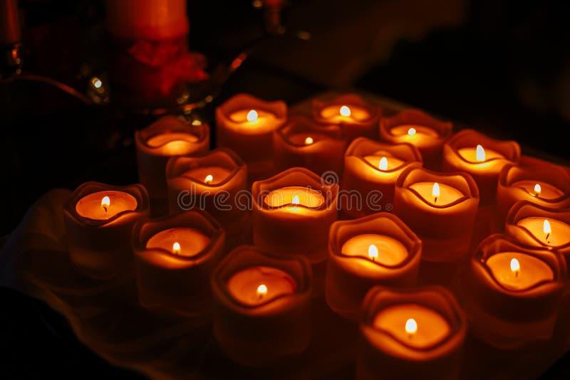Δεκαοχτώ μικρά κεριά σε μια στάση γυαλιού στοκ φωτογραφία με δικαίωμα ελεύθερης χρήσης