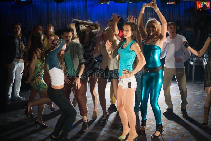 Δεκατέσσερις νέοι που έχουν τη διασκέδαση και το χορό στοκ φωτογραφία