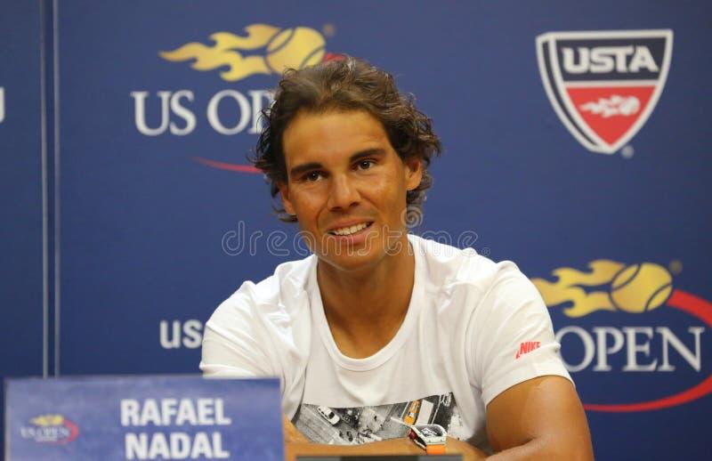 Δεκατέσσερις φορές ο πρωτοπόρος Rafael Nadal του Grand Slam της Ισπανίας κατά τη διάρκεια της συνέντευξης τύπου ενώπιον των ΗΠΑ α στοκ εικόνες