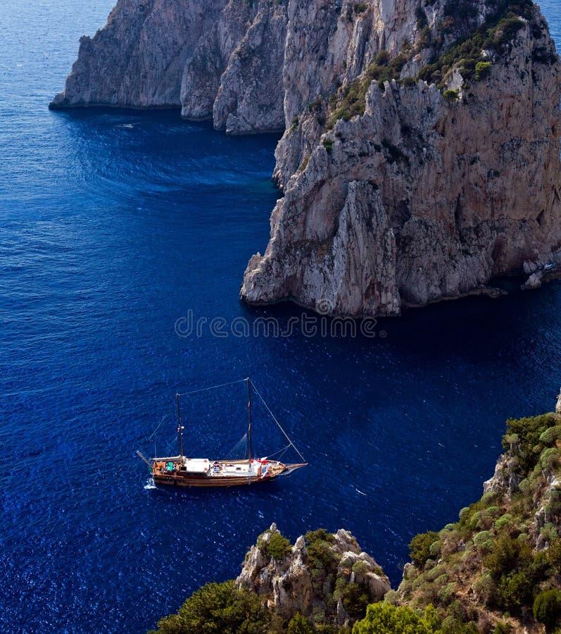 δεμένα όμορφα γιοτ όψης νησ& στοκ φωτογραφία με δικαίωμα ελεύθερης χρήσης